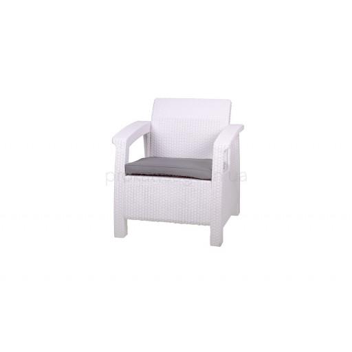 Белое ротанговое кресло